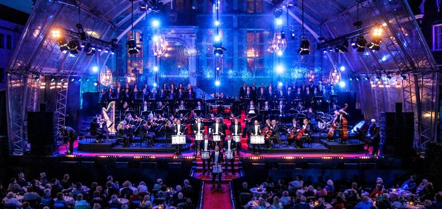 The New Symphonics orkest onder leiding van Maurice Luttikhuis